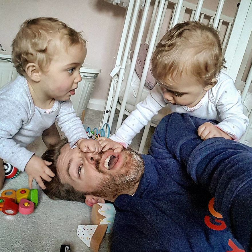 father struggling to play with children- treat dad to chiropractic